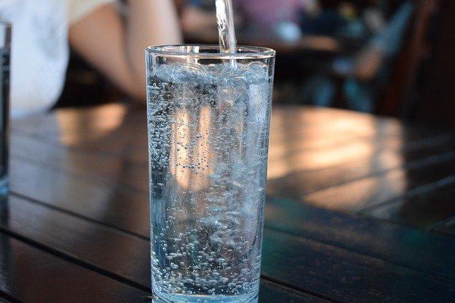 Kan je uit een flesje water na de houdbaarheidsdatum drinken